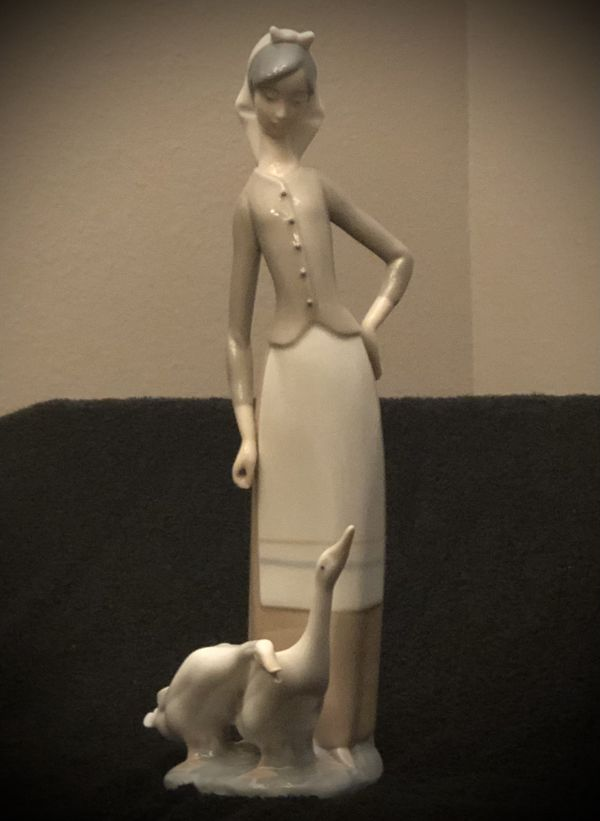 "LLADRO ""GIRL WITH GEESE"" #1035 Figurine"
