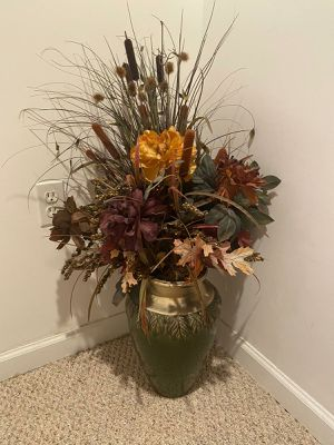 Flower arrangement with vase/bucaro con arreglo floral for Sale in Leesburg, VA