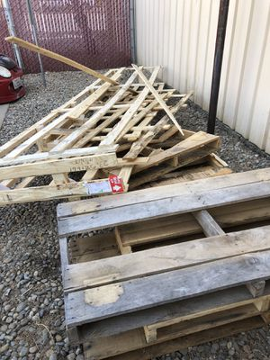 Free Pine wood pallets and scrap wood for Sale in Fresno, CA