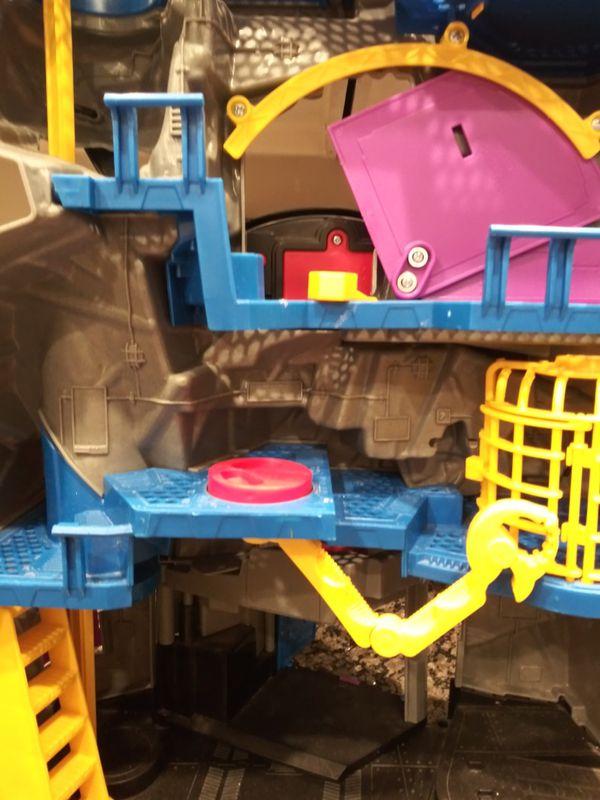 Batman Batcave with lot of action figures
