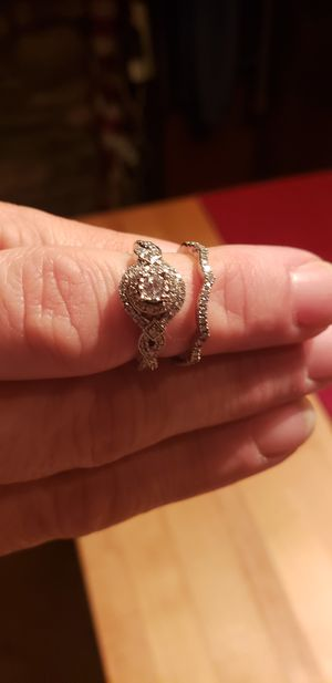 Engagement ring and wedding band 14 karat gold size 5 for Sale in Linden, VA