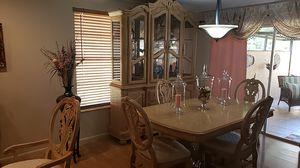 Juego de comedor de Ceis sillas y su vitrina for Sale in Miami, FL