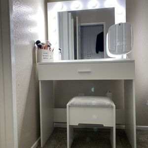 Make up Vanity With L E D LIGHTS for Sale in Rialto, CA