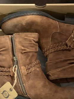Brand New Born Boots Size 10 for Sale in Camano,  WA