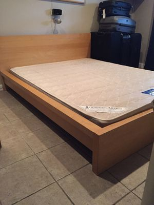 Queen size bed frame in excellent condition (mattress not included) for Sale in Brooklyn, NY