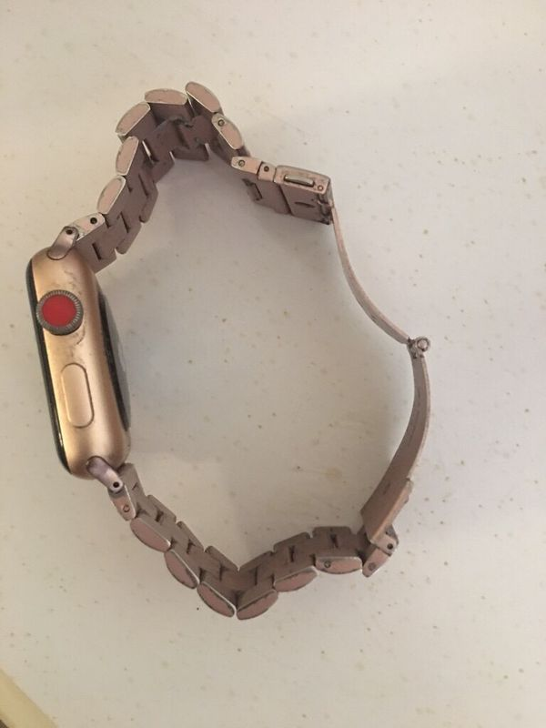 Apple Watch series 3 -42mm rose gold.