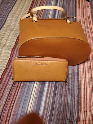 Michael Kors tote bag and wallet brand new for 100.00 price is firm for Sale in Waterbury, CT