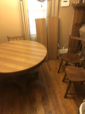 Large kitchen table with 2 leafs and 6 chairs. Excellent Condition for Sale in Spartanburg, SC