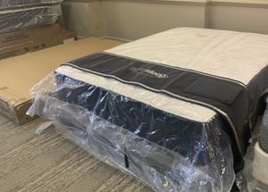 New queen limited edition cool gel pillow top Mattress and box spring 10 year manufacturers warranty for Sale in Altamonte Springs, FL