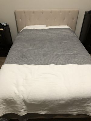 Queen sized bed, mattress, and quilt for Sale in Redwood City, CA