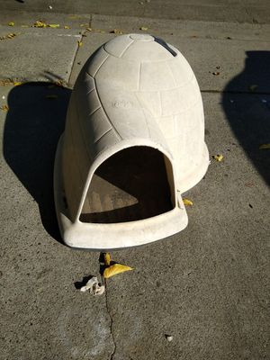 Petmate igloo-Style Dog House Medium 25 lbs to 50 lbs for Sale in North Highlands, CA