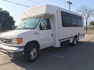 2007 Ford F-350 shuttle van with handicap lift for Sale in Phoenix, AZ
