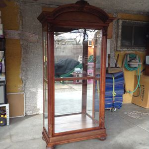 Curio cabinet with light for Sale in Las Vegas, NV