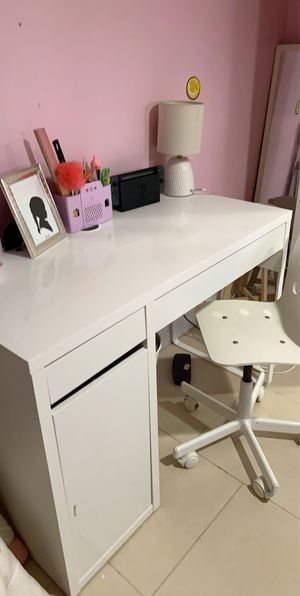 Kid's desk and chair for Sale in Queens, NY