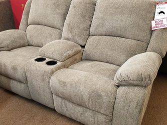 🤩Ashley Gray Reclining Loveseat with Console and Cup Holders💯Apply Financing Online for Sale in Fort Worth,  TX