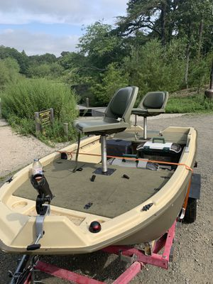 Sun Dolphin pro 120 bass boat. Includes 62 pound thrust motor trailer and battery for Sale in Selden, NY