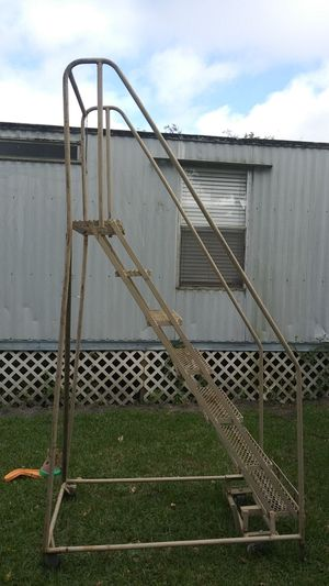 7 step narrow ladder for Sale in Bartow, FL