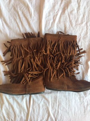 Minnetonka 3 layer fringe boots size 9 for Sale in Temecula, CA
