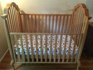 Well Made, Solid Wood, Convertible Baby Crib/Toddler Bed & Mattress for Sale in Pasadena, CA