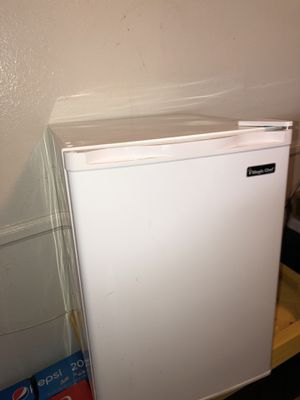 Magic Chef White Mini Fridge for Sale in Los Angeles, CA