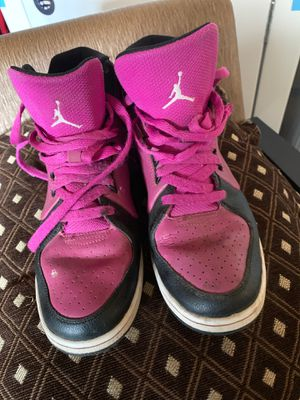 NIKE / PINK JORDANS SHOES SIZE 61/2 for Sale in Arvin, CA