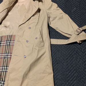 AUTHENTIC BURBERRY LONDON BEIGE RAINCOAT TRENCH COAT SIZE 40R for Sale in Snellville, GA
