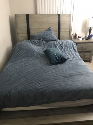 Queen bed with dresser and mirror $600 obo for Sale in Utica, MI