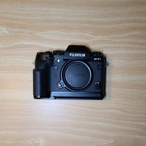 Fujifilm X-T1 with hand grip for Sale in Chicago, IL