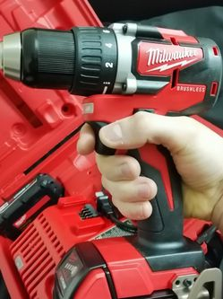 Milwaukee 18V Lithium-Ion Brushless Cordless 1/2 in. Compact Drill/Driver Kit for Sale in Gresham,  OR