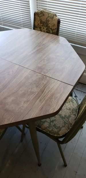 Vintage Kitchen Table With 4 Chairs for Sale in Nashville, IL