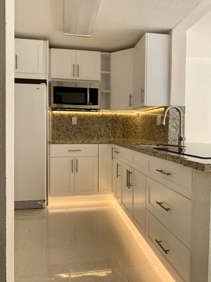 KITCHEN CABINETS WHITE SHAKER SOLID WOOD CUSTOME INSTALLATION for Sale in Miami, FL
