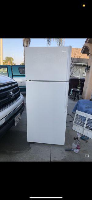 Whirlpool apartment size fridge for Sale in Menifee, CA