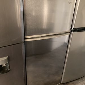 WHIRLPOOL STAINLESS TOP FREEZER FRIDGE 18 CU FT for Sale in Tustin, CA