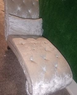 Chaise Lounge Tufted Couch for Sale in Phoenix,  AZ