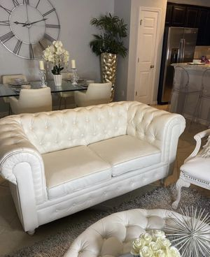 Stunning White Chesterfield Love Seat And Ottoman for Sale in Davenport, FL