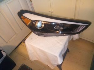 16-17 Hyundai Santa Fe right halogen front headlight for Sale in Los Angeles, CA
