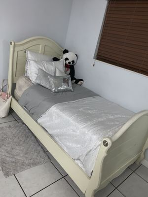 Free White Twin Bed for Sale in Miami Gardens, FL