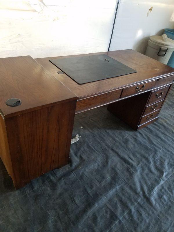 Mueble para conputadora muy buena maderaa, en muy buen estado