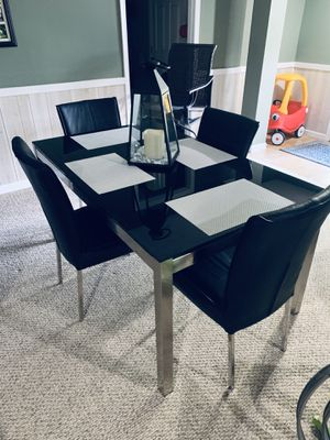 Kitchen Table (includes 4 chairs) Excellent condition! for Sale in McDonald, PA