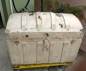 Antique vintage old metal trunk for Sale in Clearwater, FL
