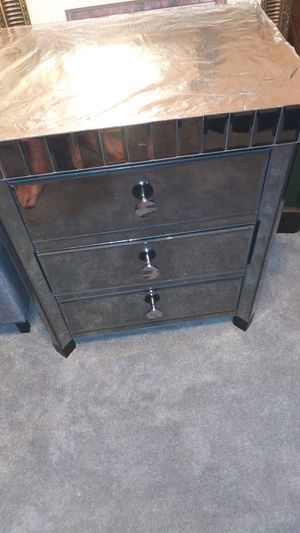 Glass/mirror end table for Sale in Charlotte, NC
