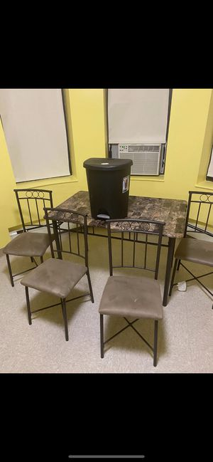 Comedor y safacon de basura gratis for Sale in Boston, MA