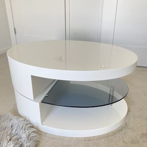 Beautiful Coffee Table/Centerpiece With Glass- Mini Scratch for Sale in Miami, FL