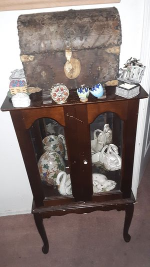 Antique mini china cabinet for Sale in Las Vegas, NV