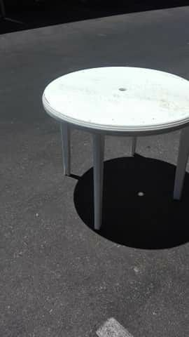 Plastic round table for Sale in Las Vegas, NV