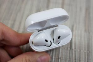 Apple airpods with charging case excellent condition No trade Firm for Sale in Modesto, CA