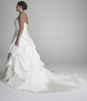 Wedding dress ivory color Size 18 for Sale in Wilson, NC