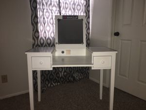 Makeup Vanity Table for Sale in Rialto, CA