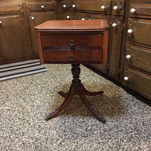 Antique Duncan Fife centerpiece pedestal side table in excellent condition two drawers for Sale in Fresno, CA