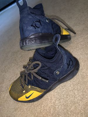 Nike Lebrons (grade school size) for Sale in Brooklyn, NY